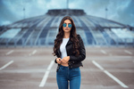 Обои Модель Laura / Лаура в солнцезащитных очках стоит на фоне куполообразного здания, фотограф Anatoli Oskin