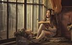 Обои Девушка с книгой сидит у окна на пушистом коврике, фотограф Дарья Дунич
