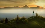 Обои Часовня на зеленом холме, на фоне тумана, гор и заходящего солнца, фотограф Тодор Танев