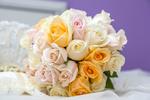 Обои Букет невесты из разноцветных роз лежит на белой скатерти