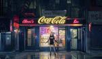 Обои Девушка стоит на вечерней улице города