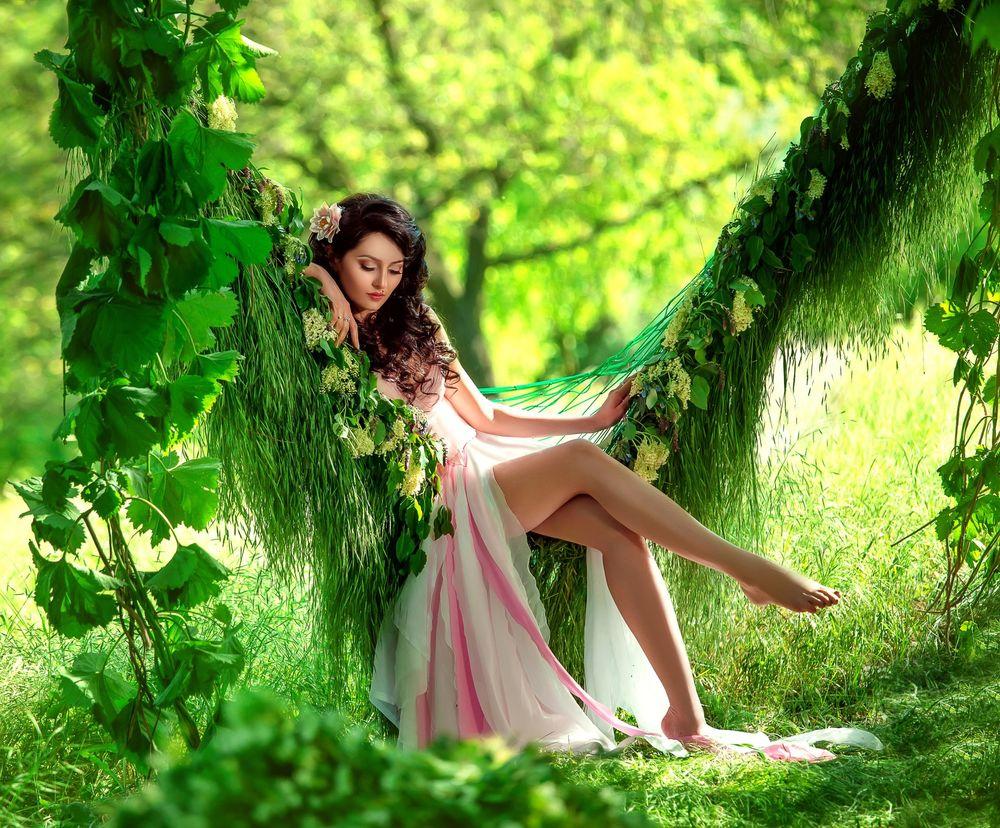 Йибут красивые девушки в розовом платье видны