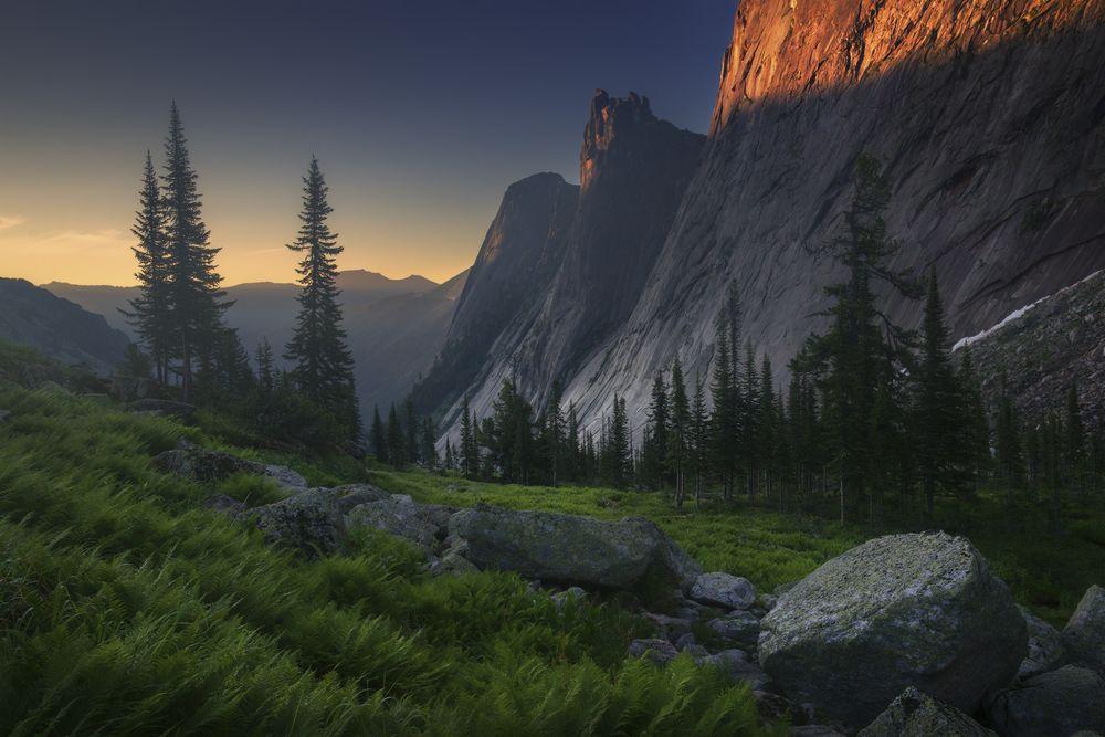 Обои для рабочего стола Первые лучи солнца пали на горы Страж и Тугодум. фотограф Владимир Ляпин