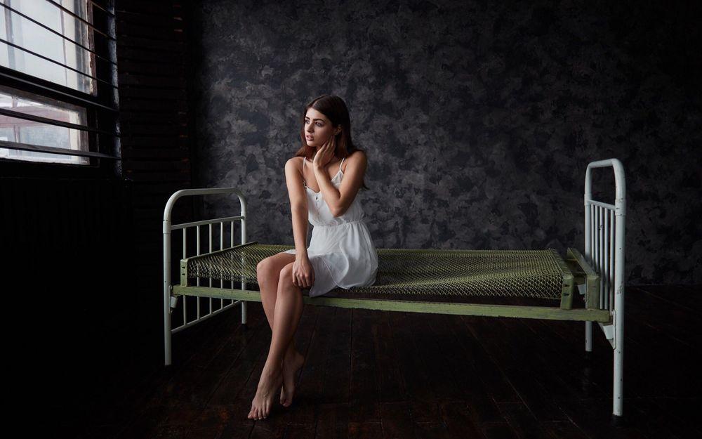 Обои для рабочего стола Mодель Kristina Zolotareva сидит на кровати с голой сеткой