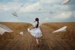 Обои Девушка в белом платье идет по дороге в окружении бумажных самолетиков, фотограф Monica Lazar