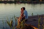 Обои Молодая любящая пара наслаждается рекой во время заката. Фотограф Milenko Dilas