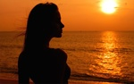 Обои Девушка смотрит на морской закат
