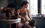 Обои Модель Kristina Zolotareva сидит у стола с букетом цветов. Фотограф Maks Kuzin