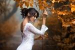 Обои Девушка в белом платье стоит у осенней ветки, by Natalia Arantseva