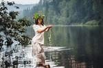 Обои Девушка в венке стоит в воде, фотограф Вячеслав Ложкин