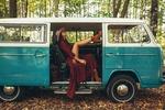 Обои Модель Inga Sunagatullina сидит в старом авто. Фотограф Roma Roma