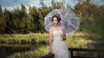 Обои Девушка с белым зонтиком сидит на перилах у пруда