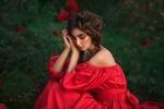 Обои Модель Алла в красном платье сидит на фоне сада. Фотограф Бармина Анастасия