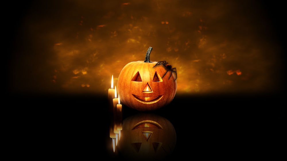 Обои для рабочего стола Светильник Джек, на котором сидит большой черный паук, и свечи в Хэллоуин / Haloween