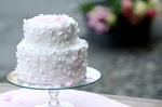 Обои Двух-ярусный торт в белой глазури с цветами на стеклянной подставке