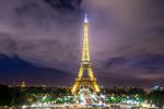 Обои Эйфелева башня на фоне облачного неба. Фотограф Trevor Johnsen