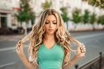 Обои Модель Екатерина Зорина с длинными волосами стоит на фоне городской улицы. Фотограф Георгий Дьяков