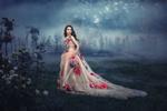 Обои Модель Полина Кнорр в платье, украшенном цветами, бежит к цветущему ограждению, оборачиваясь назад, фотограф Невмержицкая Татьяна