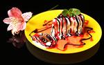 Обои На черном фоне красивое пирожное, украшенное листиками мяты и звездочкой бадьяна, рядом цветок Альстремерии