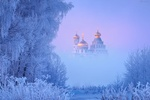 Обои Деревья, покрытые инеем, на фоне Новоиерусалимского монастыря в тумане, фотограф Михаил Дубровинский