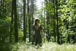 Обои Девушка Kornelia Majdzinska стоит в лесу. Фотограф Aleksandra Lis