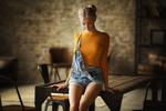 Обои Модель Катя стоит у стола. Фотограф Бармина Анастасия