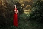Обои Девушка Лиля стоит у дерева Фотограф Альберт Лесной