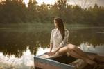 Обои Девушка в лодке. Фотограф Альберт Лесной