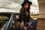 Обои Модель Менди выглядывает из авто, фотограф Miro Hofmann