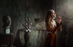 Обои Модель Анастасия стоит в комнате, держа перед собой руки, фотограф Ali Falak