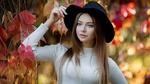 Обои Модель Полина Костюк в шляпе и белом свитере позирует, стоя среди ветвей с осенней листвой, фотограф Анна Шувалова