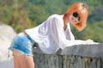 Обои Рыжеволосая модель Violla A в солнцезащитных очках