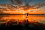 Обои Девушка стоит на фоне заката над Восточно-Китайским морем