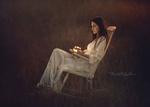 Обои Девушка Мария в белом платье со светящейся баночкой в руке сидит на кресле. Фотограф Vicente Serra