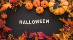 Обои Большая и маленькие тыквы-светильника Джека, осенние листья и грозди рябины вокруг надписи Хэллоуин / Halloween