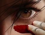 Обои Девушка-киборг проводит красную полосу под глазом