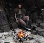Обои Девушка Gwyen сидит у костра, by Maciej Kuciara