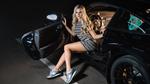 Обои Симпатичная блондинка сидит в черном Porsche, фотограф Sergey Kant