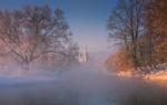 Обои Туманный рассвет на Истре и деревья, покрытые инеем, на фоне монастыря, фотограф Виталий Левыкин