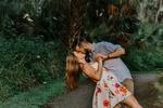 Обои Парень целует девушку