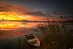 Обои Лодка на воде у берега на рассвете, фотограф Niko Benas