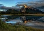 Обои Гора отражается в тихой воде мелководной реки в провинции Альберта / Alberta в Канаде / Canada