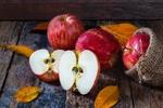 Обои Яблоки и осенние листочки на дощатом покрытии