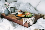 Обои Завтрак в постель на подносе с вазочкой с маленькими ромашками