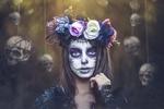 Обои Девушка с макияжем Dia de los Muertos, в венке, на фоне подвешенных черепов