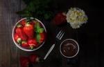 Обои Клубника, шоколад, вилка, листики мяты и цветы на дощатой поверхности