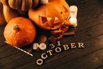 Обои Светильник Джека стоит на деревянном столе рядом с надписью 31 октября