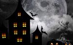 Обои Скелет в Хэллоуинскую / Halloween ночь, стоя у светильников Джека, поддерживает огромную луну, на фоне которой стоят темные дома и пролетают летучие мыши