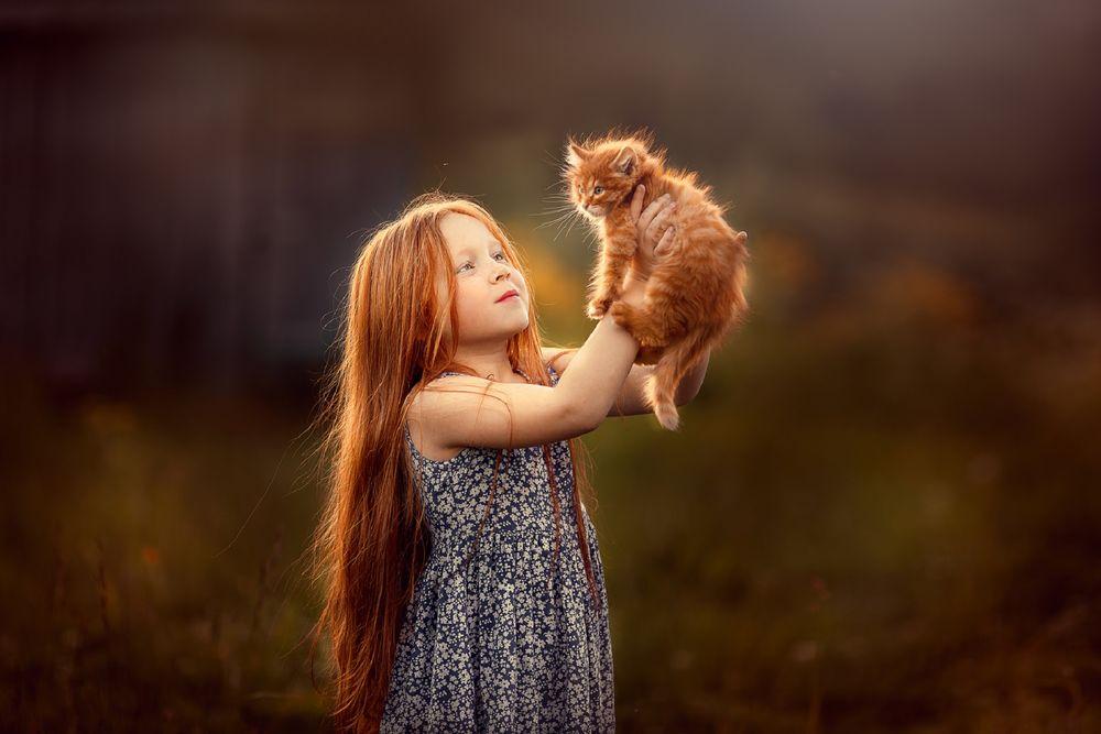 Обои для рабочего стола Рыжеволосая девочка держит на руках рыженького котенка, фотограф Анастасия Кучина