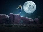 Обои Девушка на скале любуется полной Луной, by Enrique Meseguer